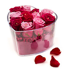 Discover this original and delicate arrangement with red and pink roses in a transparent heart shaped vase. A romantic arrangement for someone special! Order this gift and many other flower creations online for delivery in Europe, France, Germany, the Netherlands, ... Ideal for romantic occasions like a wedding anniversary or a valentine's gift.