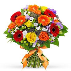 Ce bouquet multicolore, lié à la main avec des fleurs de saison variées, est livré dans un emballage cadeau, accompagné de votre message personnel. L'heureux destinataire n'a qu'à choisir son vase préféré... (bouquet présenté : diamètre 30 cm)
