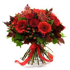 Voici un ravissant bouquet pour accompagner vos soirées d'hiver, mais surtout pour faire plaisir : roses d'une couleur rouge foncé, germinis, nutans, hypéricum,...