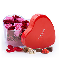 Select this original and delicate arrangement with red and pink roses in a transparent heart shaped vase. Make it all the more special with a heart box with delicious handmade Belgian chocolates.