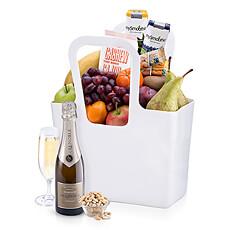 """Des fruits classiques, mûrs et sains avec du Champagne Lenoble sont soigneusement emballés à la main dans un Cabas """"TascheLino"""" par Koziol."""