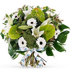 Optez pour ce bouquet sophistiqué aux gerbéras blancs et anthurium vertus.