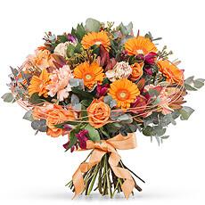 Une combinaison de fleurs roses et orange et des feuilles fraîches vertes. Résultat ? Un bouquet élégant de grand classe pour chaque saison.