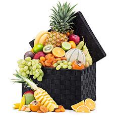 Des fruits juteux pleins de vitamines à croquer présentés dans un panier en osier traditionnel.