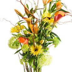 Faites entrer le printemps dans votre maison, grâce à ce bouquet trendy et frivole aux braches de saule, aux gerbera, viburnum, lis et calla.