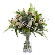This bouquet with roses and lilies is perfect to surprise someone on any occasion.