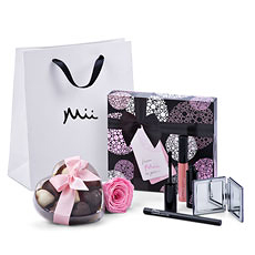 """Les femmes spéciales dans votre vie seront à coup sûr ravies avec cet ensemble-cadeau féminin qui contient du maquillage de luxe, des chocolats Godiva en forme de cœur, et une rose """"éternelle""""."""