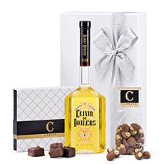 Un élégant coffret-cadeau blanc contenant des produits fermiers et régionaux '100% Flandre occidentale': Elixir de Roulers, des guimauves et de pralines de Crevin.