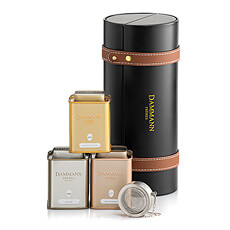 Un joli coffret cadeau cylinidrique qui contient 3 boîtes de thé Dammann et une boule infuseur qui est nécessaire pour préparer le thé parfait.