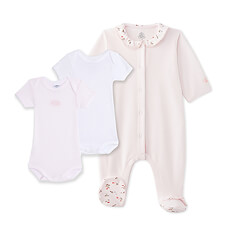 This precious baby gift set for girls includes a baby girl's sleeper in soft velour and a pair of ultra-soft bodysuits in signature Petit Bateau style.