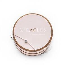 Ce bracelet minimaliste argenté est élégamment décoré d'une magnifique petite pierre et peut être fermé en trois points.