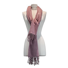 Cette écharpe rose pâle est d'excellente qualité, et peut être portée tout au long de l'année grâce à son design intemporel.
