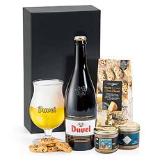 Une belle bouteille de Duvel est combinée avec un duo de pâtés artisanaux à la bière de De Veurn Ambachtse, et des biscuits croustillants au fromage Gouda de Buiteman.