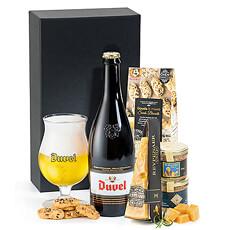 Un coffret cadeau luxueux avec une grande bouteille de Duvel, du fromage Reypenaer V.S.O.P, des biscuits au Gouda de Buiteman et du pâté à la bière de De Veurn Ambachtse.