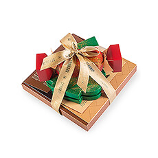 The chocolate is piling up in this delicious Christmas gift. The ultimate end-of-year gift for customers or business relations, but also just right to surprise family and friends during the holidays.