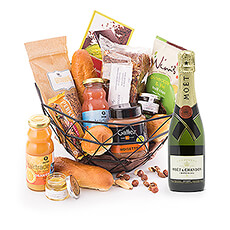This decorative breakfast basket is packed with all kinds of delicious treats to start the day off on the right foot. The bottle of Moët & Chandon (37.5cl) gives this breakfast basket an extra luxurious touch.
