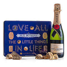 This set of Jules Destrooper biscuits, Moët & Chandon champagne and Corné Port-Royal chocolates is a wonderful gift spoil your entire entourage with during the festive season.
