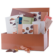 This gift box is the perfect gift for those with one true love: chocolate! With this abundance of chocolate, this is the ultimate gift for every chocolate fan.