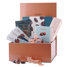 With its elegant look, this chocolate indulgence box with chocolates, chocolate bars, mini mendiants, manons, coffee and biscuits is a fantastic gift for all your business associates and customers, but also for your friends and family.
