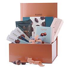 Avec son look élégant, cette boîte à gâteaux avec pralines, tablettes de chocolat, mini-mendiants, manons, café et biscuits est un cadeau fantastique pour tous vos collaborateurs et clients, mais également pour vos amis et votre famille.