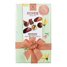 Ballotin in spring wrapping offers a balanced choice of chocolates with fresh cream praliné, ganache and gianduja fillings.