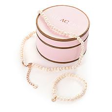 Avec ce collier et ce bracelet intemporels de Miracles d'Annelien Coorevits, elle va vous couper le souffle.