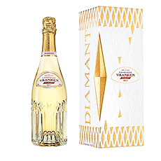 La bouteille de champagne est élégamment présentée dans un luxueux etui cadeau.