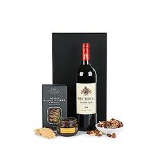 Le vin de Bordeaux de qualité supérieure accompagné par des craquelins fins, de la tapenade dolives noires et des noix est un cadeau de rêve pour les amateurs de vin et de gastronomie.