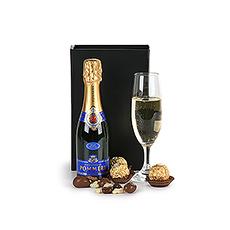 Ce petit geste avec Pommery Brut champagne & chocolats en dit plus que des mots.