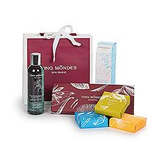 À l'intérieur du sac se trouve une collection de trois savons aromatiques ainsi quune bouteille d'huile de douche et de bain phyto-aromatique.