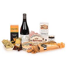 Détendez-vous près de la cheminée en dégustant un bon verre de vin rouge de Bordeaux accompagné d'une riche collection de fromages fins.