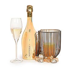 Organisez une soirée magique avec le pétillant Bottega Gold Prosecco Spumante, une bougie romantique pour créer l'ambiance et les délicieux chocolats Corné Port-Royal.