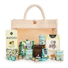 Ce merveilleux cadeau fera le bonheur des amateurs de thé dans votre vie. Nous emballons à la main une délicieuse collection de thé et de sucreries de luxe dans un sac fourre-tout pratique et écologique. C'est l'idée de cadeau parfaite pour la fête des mères, les anniversaires et les cadeaux corporatifs.