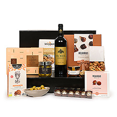 Nous vous présentons l'un de nos cadeaux les plus exquis : l'Ultimate Gourmet avec le vin rouge Margaux De Sichel. Le superbe vin rouge est accompagné d'une sélection soigneusement sélectionnée des meilleures spécialités gastronomiques européennes et de chocolats belges de luxe.