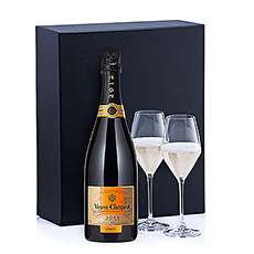 The Veuve Clicquot Vintage shows a beautiful deep gold colour, with slight green hues. The sparkle is lively and persistent.