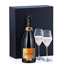 La Veuve Clicquot Vintage présente une belle teinte soutenue jaune dorée, avec de légers reflets verts. L'effervescence est vive et persistante. Dans ce coffret cadeau, le Champagne est accompagné de 2 verres Schott Zwiesel.