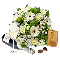 An intimate gift with a romantic tone. Beautiful flowers, sparkling champagne and scrumptious Belgian chocolates.