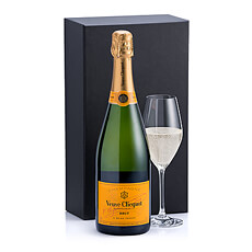 Veuve Clicquot Brut est un exemple parfait de dévouement qui se situe entre l'harmonie et la force.  Dans ce coffret cadeau, le Champagne est accompagné d'un verre Schott Zwiesel.
