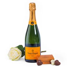 Profitez de Veuve Clicquot dans ce coffret cadeau avec une rose blanche. Un cadeau de champagne merveilleux. Commandez Veuve Clicquot en ligne, ou jetez un oeil dans notre boutique de cadeaux en ligne pour trouver plus de cadeaux romantique.