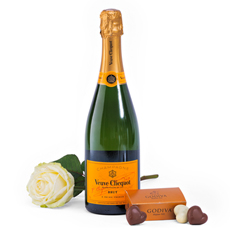 Enjoy Veuve Clicquot in this gift set with a white rose. A wonderful champagne gift. Order Veuve Clicquot online, or take a look in our online gift shop to find more romantic and caring gifts.