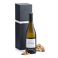 Une combinaison élégante d'une bouteille de Château de Valcombe de Nimes Blanc de 2015 et d'une boîte de mélange de noix.