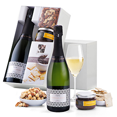 This Spanish Cava gift set with gourmet snacks is a popular corporate sparkling wine gift. We offer quick Cava gift delivery in Europe for all of your important occasions.
