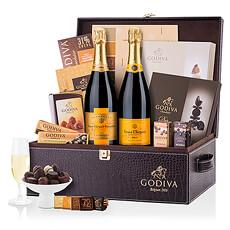 Un panier cadeau VIP des plus spectaculaires, ce coffret Godiva et Veuve Clicquot est un cadeau inoubliable.