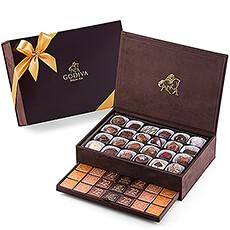 Pour offrir un cadeau chocolaté réellement exclusif, Godiva propose son magnifique coffret cadeau.  Les Boîtes Royales de Godiva contiennent un incroyable assortiment de savoureuses pralines et de délicieux carrés. Chaque coffret représente un magnifique cadeau pour un(e) ami(e) ou un(e) collègue, ou une belle surprise gourmande à apporter lors de fêtes de famille.