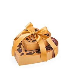 Deux boîtes de cadeaux, avec un dessin exclusif créé par Nathalie Lété, remplies avec des chocolats de Godiva sont une expression douce de votre devouement.
