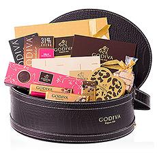 Le cadeau ultime pour les vrais connaisseurs du chocolat Godiva. Un panier cadeau luxueux en cuir rempli d'un riche assortiment des meilleurs chocolats belges de Godiva dont tous les amateurs de Godiva en rêvent: pralines, truffes, biscuits, barres de chocolat -et tablettes, et bien plus encore.