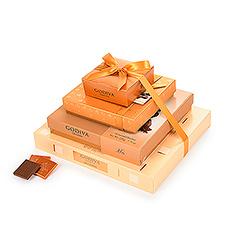 Cette nouvelle tour à cadeaux de Godiva dégage une élégance et un style purs. Quatre boîtes-cadeaux dorées empilées les unes sur les autres et fermées par un ruban de satin doré, ce cadeau en chocolat qu'elles n'oublieront pas de sitôt. Chaque boîte-cadeau révèle un trésor d'excellent chocolat Godiva. Il y a plus de 90 pièces au total.