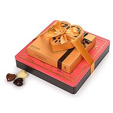 Ce cadeau imposant du chocolat Godiva Valentine est une grande expression de votre amour. Un trio de belles boîtes-cadeaux Godiva Valentine est présenté avec un ruban classique pour le cadeau parfait de la Saint-Valentin.