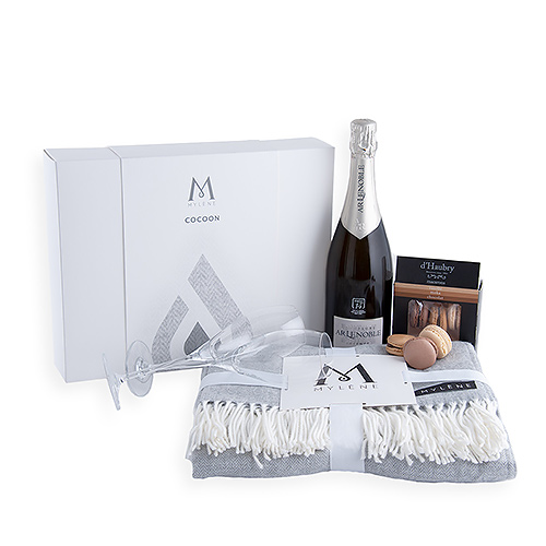 Mylène Cocoon Gift Box with Plaid, Champagne & Macarons